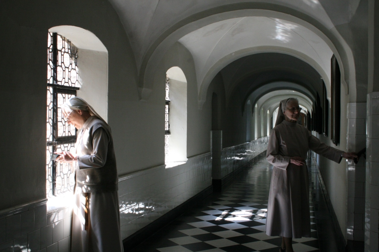Dans le petit cloître (1648), Sr Teresa Joseph et Sr Ann Emmanuel
