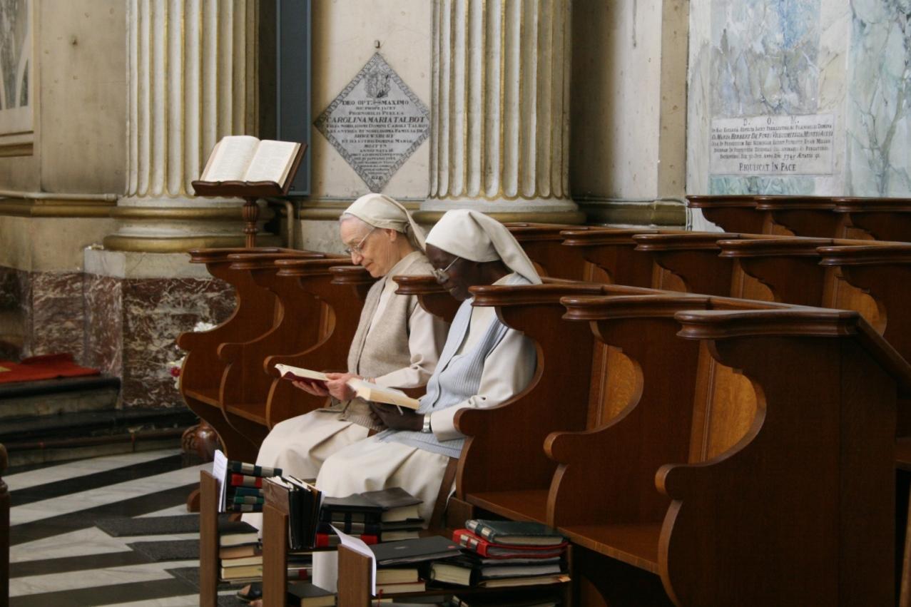 Répétition de chant, à l'église: Sœur Madeleine et Sœur Francis