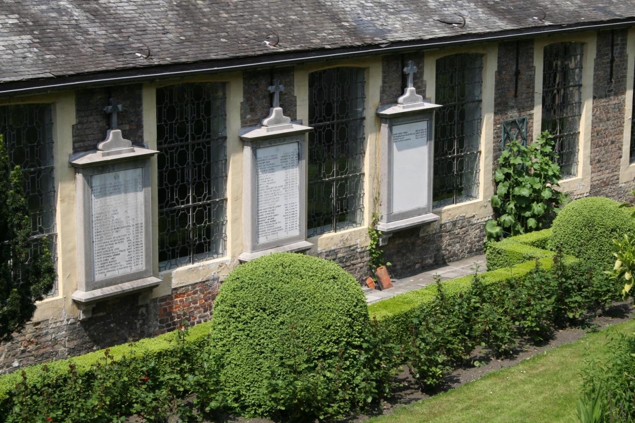 Dans l'ancien cimetière, les dalles de marbres portant les noms de sœurs décédées