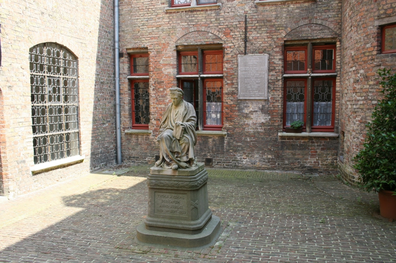 Façade de la première maison (1629), à l'avant-plan, la statue de Thomas a Kempis érigée en 1929 pour marquer les 300 ans de la fondation (14 septembre 1629)