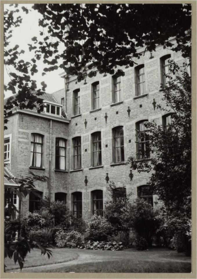 """Rez-de-chaussée : """"Library"""", 1er et 2nd étages : fenêtres des dortoirs"""