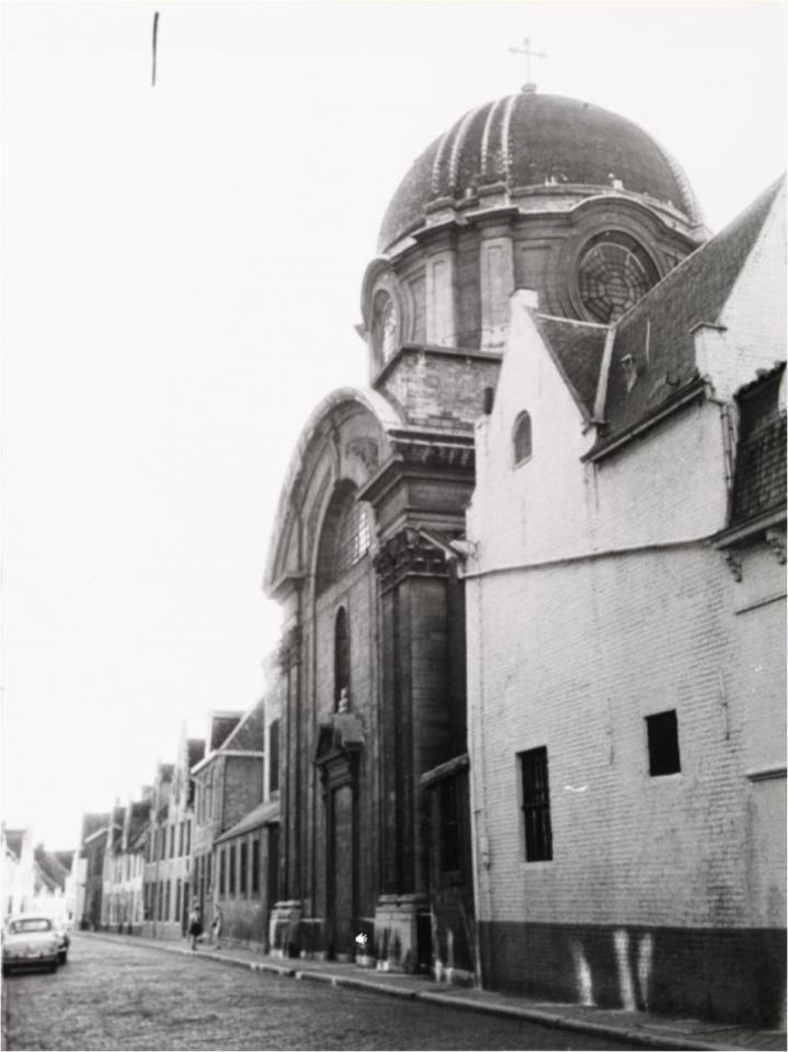 La façade de l'église vue de la Carmersstraat
